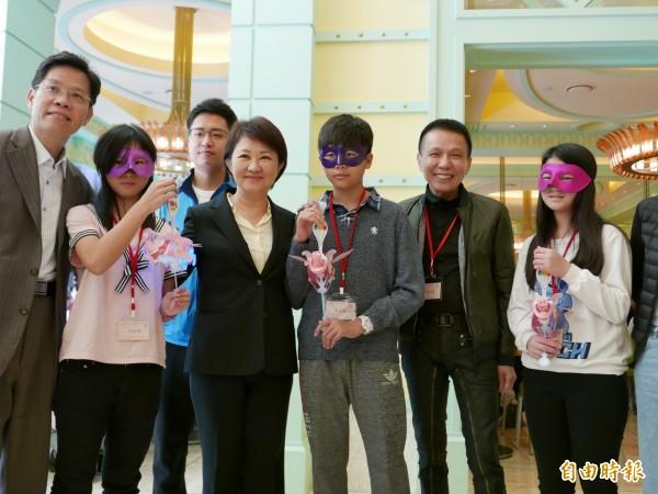 台中市長盧秀燕化身為「盧媽媽」,與藍爸爸(右2)及安置兒少同樂。(記者蔡淑媛攝)