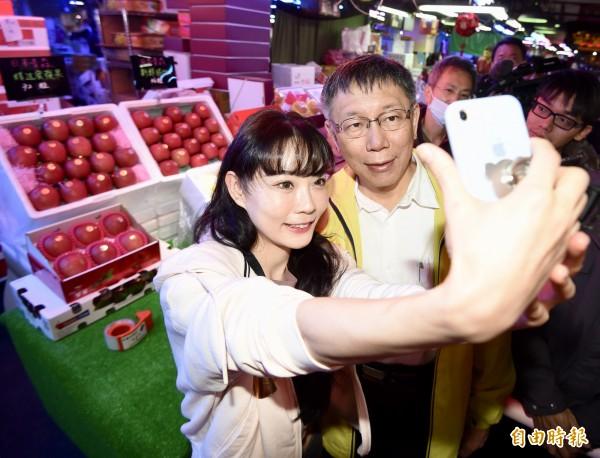 台北市長柯文哲30日視察萬大魚類批發市場、第一果菜批發市場,慰問工作人員的辛勞,並向攤商拜早年,有攤主熱情上前合影。(記者黃耀徵攝)