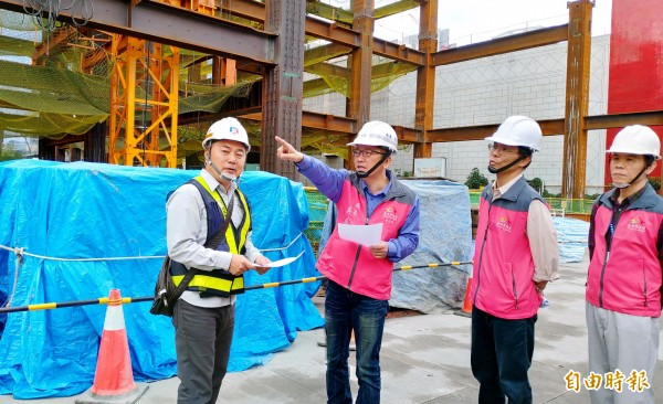 台中市政府勞工局長吳威志(左二)帶隊稽查捷運綠線工地。(記者張菁雅攝)
