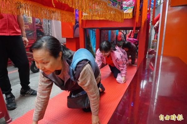 板橋慈惠宮每年新春的「躦轎腳送發財金」活動,吸引許多信眾參加。(記者何玉華攝)