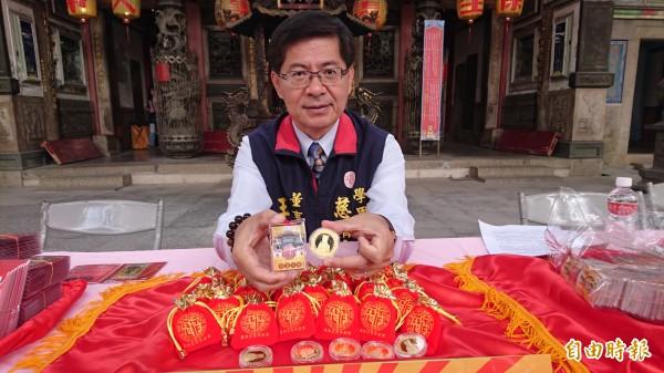 學甲慈濟宮董事長王文宗展示今年特製「豬事大吉」保生紀念金幣和佰圓保生金符。(記者楊金城攝)