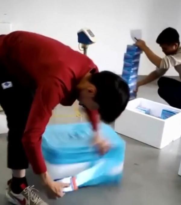 男子之後展現絕技,將膠帶的一頭貼在保麗龍盒箱側面,然後用另一隻手快速旋轉箱子,沒多久保麗龍盒的四個側面就完全被膠帶貼滿。(圖擷自IG)