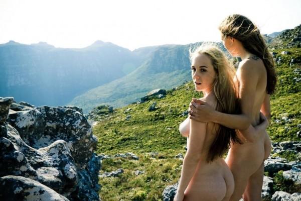 萊姆和蘿倫喜歡到戶外進行「天體旅遊」,在社群網站分享照片後,更吸引了同好加入。(圖擷取自「Searching 4 Eden」推特)