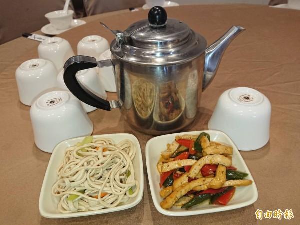 榮膳餐廳免費招待茶水與兩碟小菜。(記者洪瑞琴攝)