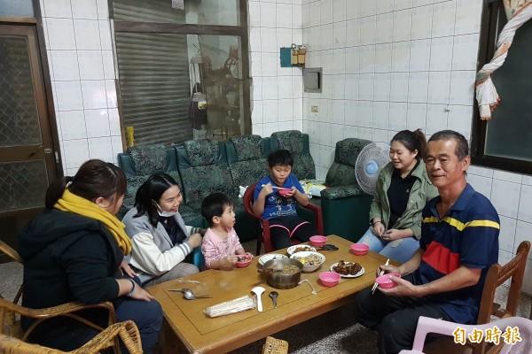 伊甸基金會旗山早療中心到宅陪伴弱勢家庭圍爐。(記者黃佳琳攝)