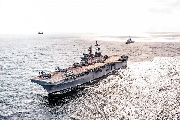 圖為美利堅號在阿拉伯灣進行軍演。(取自美國海軍網站)