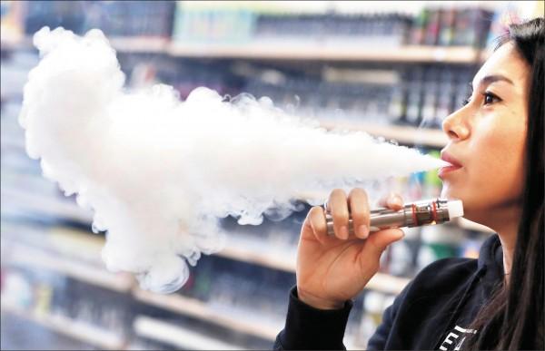 英國最新研究指出,電子菸有助於戒菸,比口香糖等尼古丁替代療法有效。(路透)