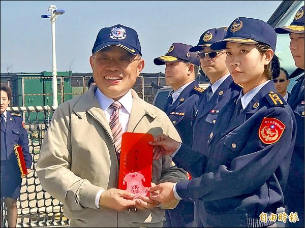 行政院長蘇貞昌昨視察台北港海巡基地,致贈加菜金慰問海巡人員辛勞。 (記者王宣晴攝)