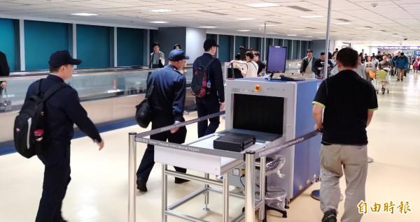 為防治非洲豬瘟疫,桃園機場在一、二期入境長廊安裝16部X光機加入防疫陣容。(本報資料照)