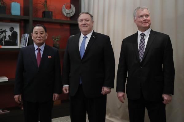 畢根(右一)表示,川普準備好要結束朝鮮半島對峙局面。(美聯社)