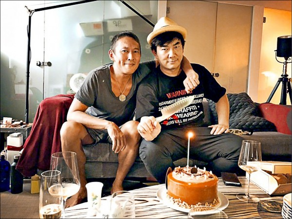 鈕承澤(左)、任賢齊合作《跑馬》。(取自微博)
