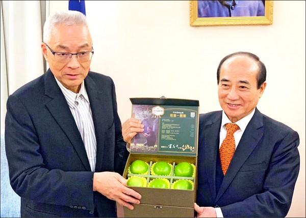 國民黨主席吳敦義(左)昨帶蜜棗禮盒拜訪前立法院長王金平(右),兩人閉門談話近一個小時。(取自「台灣公道伯」臉書)