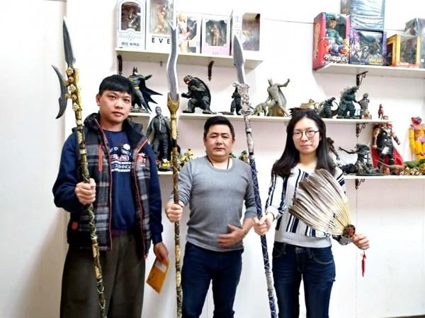 涂涌賢為三國群英特展製作的呂布方天畫戟、張飛丈八蛇矛、趙子龍龍膽亮銀槍。(涂涌賢提供)