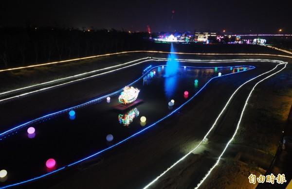 南投燈會以燈光加音樂及水的倒影營造浪漫氣氛。(記者陳鳳麗攝)