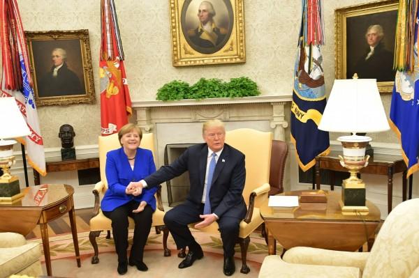 川普在橢圓辦公室接待德國總理梅克爾(左)。(法新社)
