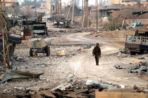 美國國防部五角大廈在最新的報告警告,IS很可能在美軍撤離的半年至1年內,重新奪回原本在敘利亞的勢力範圍。圖為庫德族士兵走在廢墟中。(法新社)