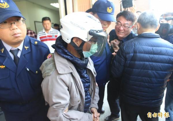 台中酒駕累犯陳瑞盈(左2)移送法辦時,彭姓男大生的父親(右2)激動指責他「喝酒還出來害人」、「敗類、害人精」。(記者陳建志攝)