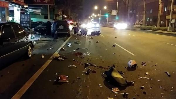 台中一名陳姓男子,今天凌晨酒駕逆向,在大里國光路2段連撞8車,造成2名騎士慘死,現場一片混亂。(記者陳建志翻攝)