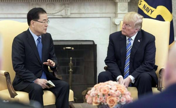 川普去年接見青瓦台國家安保室室長鄭義溶(左)。(路透)