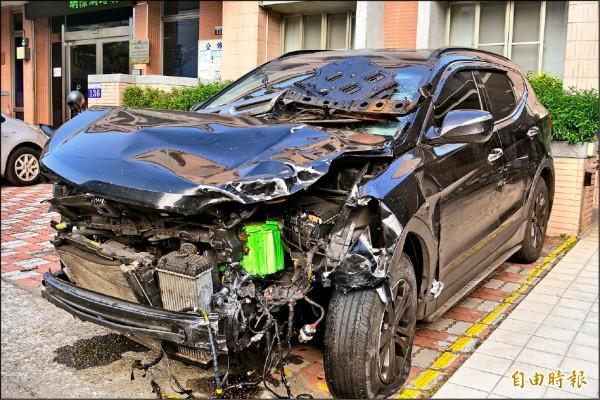 陳瑞盈駕駛休旅車逆向連撞8車,造成2名騎士慘死,肇事車頭幾乎撞爛。(記者陳建志攝)