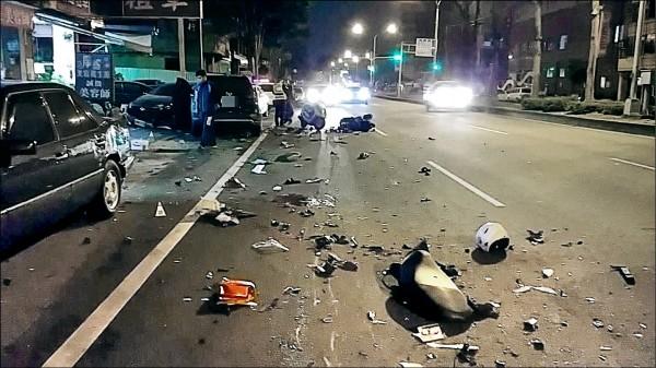 子陳瑞盈酒駕逆向撞8車,造成2名騎士慘死,現場一片混亂。(記者陳建志翻攝)