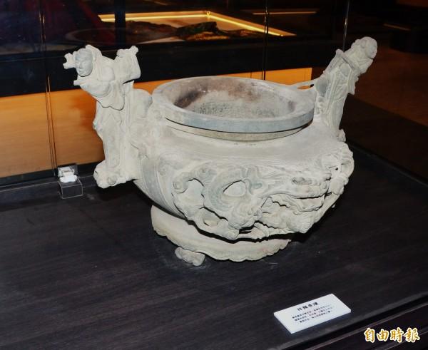 祥龍香爐是展示館中歷史最久的文物。(記者吳俊鋒攝)