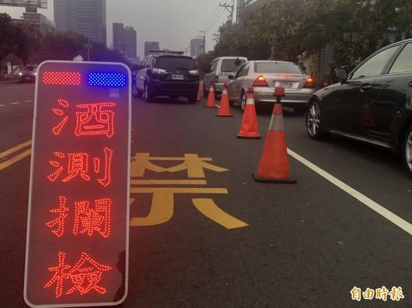 台中市警局所屬14個分局今天同步擴大臨檢酒測。(記者許國楨攝)
