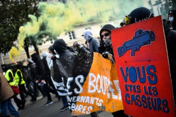 黃背心抗議人數比上週下滑,但至今仍有約5.6萬抗議群眾,可見民怨尚未平息。(法新社)