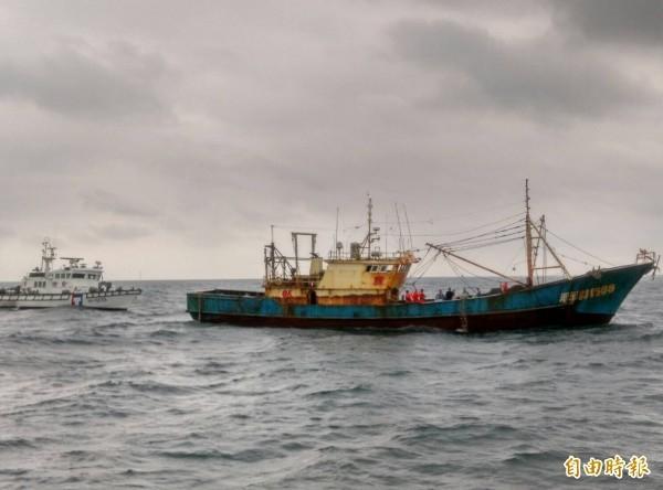 中國漁船擅闖日本經濟海域,船長被日方扣留。圖為我國海巡單位扣押中國漁船。(資料照)