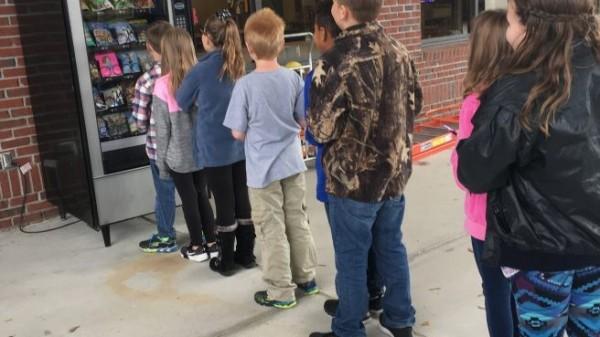 人們常會在販賣機購買飲料、零食,最近美國佛羅里達州的尤馬蒂拉小學(Umatilla Elementary School)內,竟然出現了1台「書本販賣機」。(圖擷取自「teacher funder」)