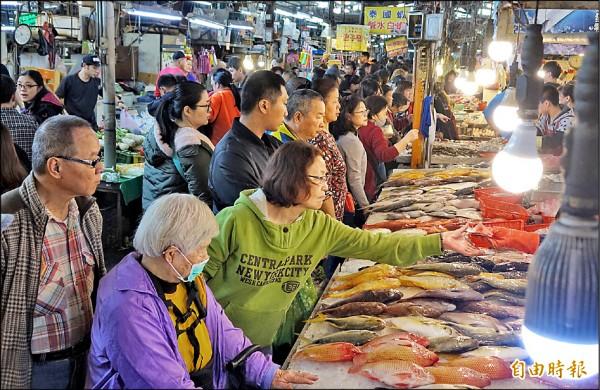昨天是春節9天連假的第2天,民眾趕赴傳統市場採買,將市場擠得水洩不通。(記者劉信德攝)