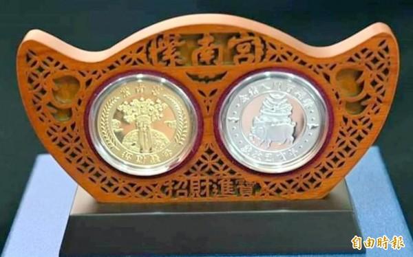 南投縣竹山鎮紫南宮豬年錢母,金元寶的造型,象徵大富大貴。(記者謝介裕攝)