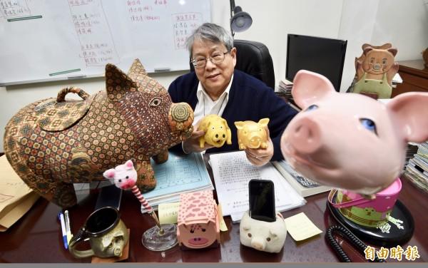 從38歲第一件銅豬紙鎮開始,71歲的陳師孟已收藏5000件各式各樣的大豬與小豬、公豬與母豬。(記者羅沛德攝)