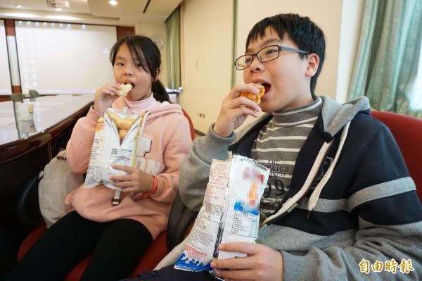 新年假期不少人會選擇躺在沙發吃零食並慵懶地看著電視,好好放鬆心情,不過選擇零食要注意,以免過完年假不但肥了一圈,還會對健康產生影響;示意圖,與新聞無關。(資料照)