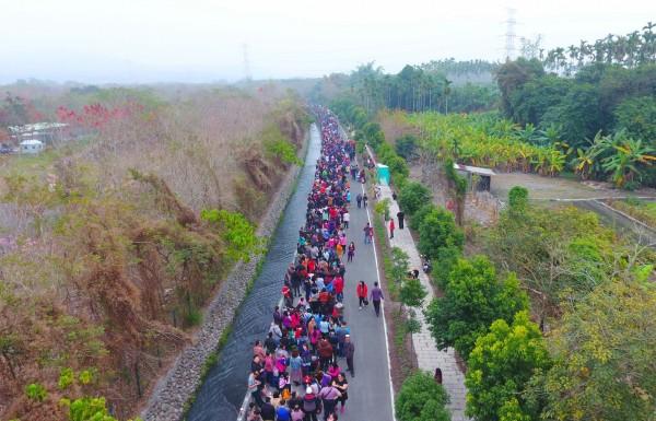排隊領錢母隊伍綿延7公里,相當壯觀。(紫南宮提供)
