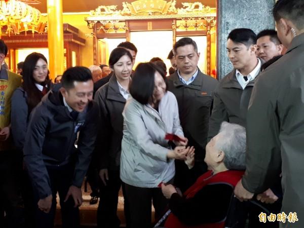 總統蔡英文大年初一傍晚到新竹市香山財神廟參拜及發紅包。(記者洪美秀攝)