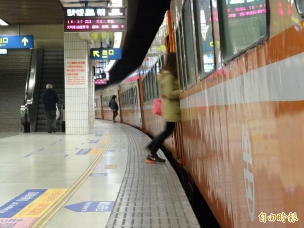 台鐵3111次區間車發生車廂底部冒煙狀況;5703次莒光號列車則是發生機車第2牽引馬達故障,延誤了41分鐘。(資料照)