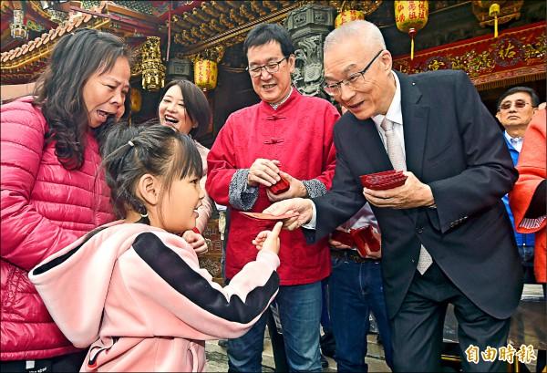 國民黨主席吳敦義(右),年初一赴台北松山慈祐宮上香祈福並發放紅包。 (記者廖振輝攝)