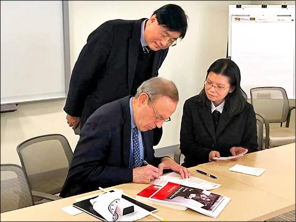 美國國家民主基金會總裁葛希曼(Carl Gershman,前排左)寫明信片給李明哲,右為李凈瑜。 (取自台灣關懷中國人權聯盟臉書專頁)
