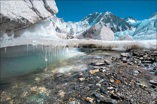 圖為發源自聖母峰的全球最高海拔之最高冰河—尼泊爾的坤布冰河(Khumbu Glacier)。(歐新社檔案照)