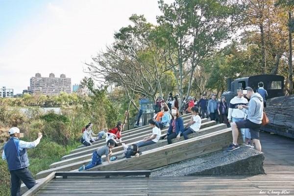 羅東林業文化園區貯木池畔的卸木平台,被當成溜滑梯,稍有不慎就會滑入貯木池。(圖擷取自宜蘭知識+)