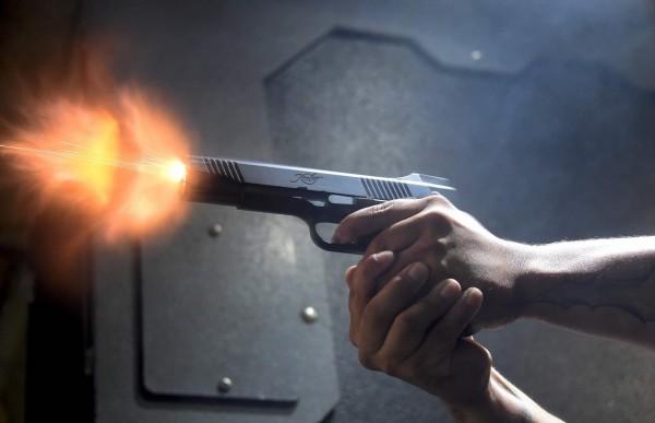 美國4歲的男童在家裡發現沒有上保險的手槍,意外開槍射中懷胎8個月的媽媽。(法新社)