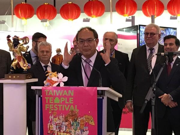 台灣「廟會民俗文化展」2月5日在歐洲議會登場,駐歐盟代表曾厚仁(前立者)鼓勵大家前往台灣旅遊。(中央社)