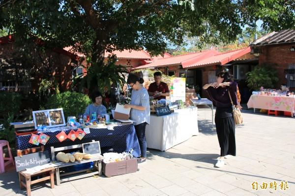 蘆竹湳社區春節推出走春市集,歡迎遊客來尋寶、找年味。(記者鄭名翔攝)