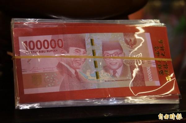 面額10萬元的印尼盾發財金。(記者詹士弘攝)