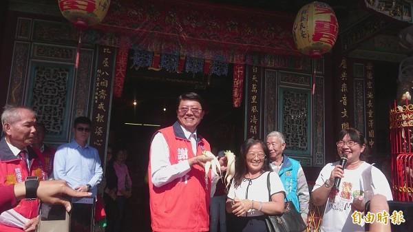 台南市立委補選參選人謝龍介將邀高雄市長韓國瑜煎虱目魚肚,為農漁民代言。(記者劉婉君攝)