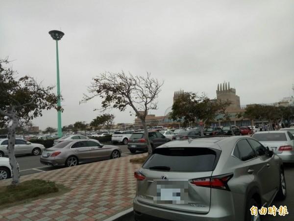 台中港旅客中心前方廣場停滿車輛。(記者張軒哲攝)