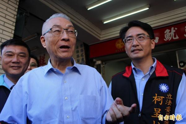 國民黨主席吳敦義(左)今年大年初三,到彰化縣鹿港鎮、伸港鄉走春,在鹿港受訪時他指出發展風電比燒煤炭、天然氣好。(記者張聰秋攝)