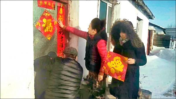信仰伊斯蘭教的中國少數民族不過漢族傳統農曆年節,但伊犁哈薩克自治州少數民族家門口卻被強迫貼春聯。(取自網路)
