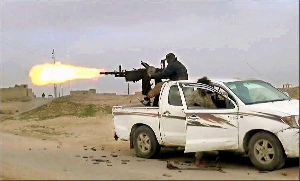伊斯蘭國支持者張貼的影片顯示,伊斯蘭國部隊在敘利亞東部的代爾祖爾省(Deir el-Zour),向美國支持的「敘利亞民主力量」(SDF)開火。(美聯社檔案照)